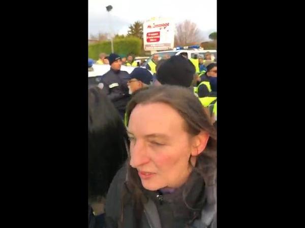 UN POLICIER FONCE EN VOITURE SUR UN GILET JAUNE !!ET NE VEUT PAS SORTIR DE LA VOITURE