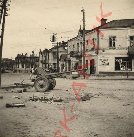 24 липня 1941 року. Перехрестя вулиць Київська-Коцюбинського. Ствол гармати направлений в сторону вокзалу.