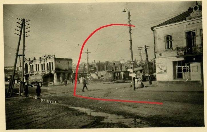24 липня 1941 року, перехрестя нинішніх вулиць Коцюбинського і Київської (перед центральним мостом). Фото: Вінницький Їжак http://vinezh.livejournal.com/718534.html