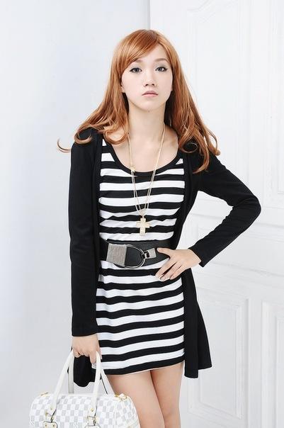 Короткое платье в полоску с накидкой черного цвета.