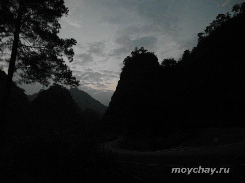 Горы У И ночью. Вид на ущелье, где растут кусты Да Хун Пао