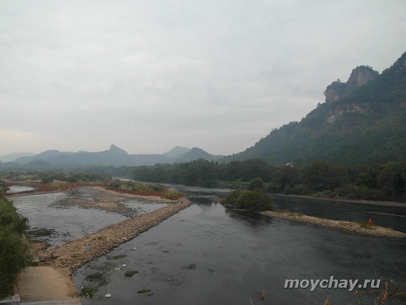 Вид с моста, разделяющего город Уишань и уишаньский национальный парк