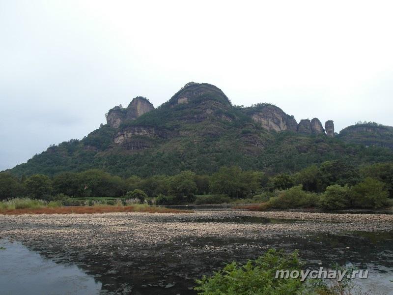 Вид с моста, разделяющего город Уишань (или У И Шань, Wuyishan) и уишаньский национальный парк