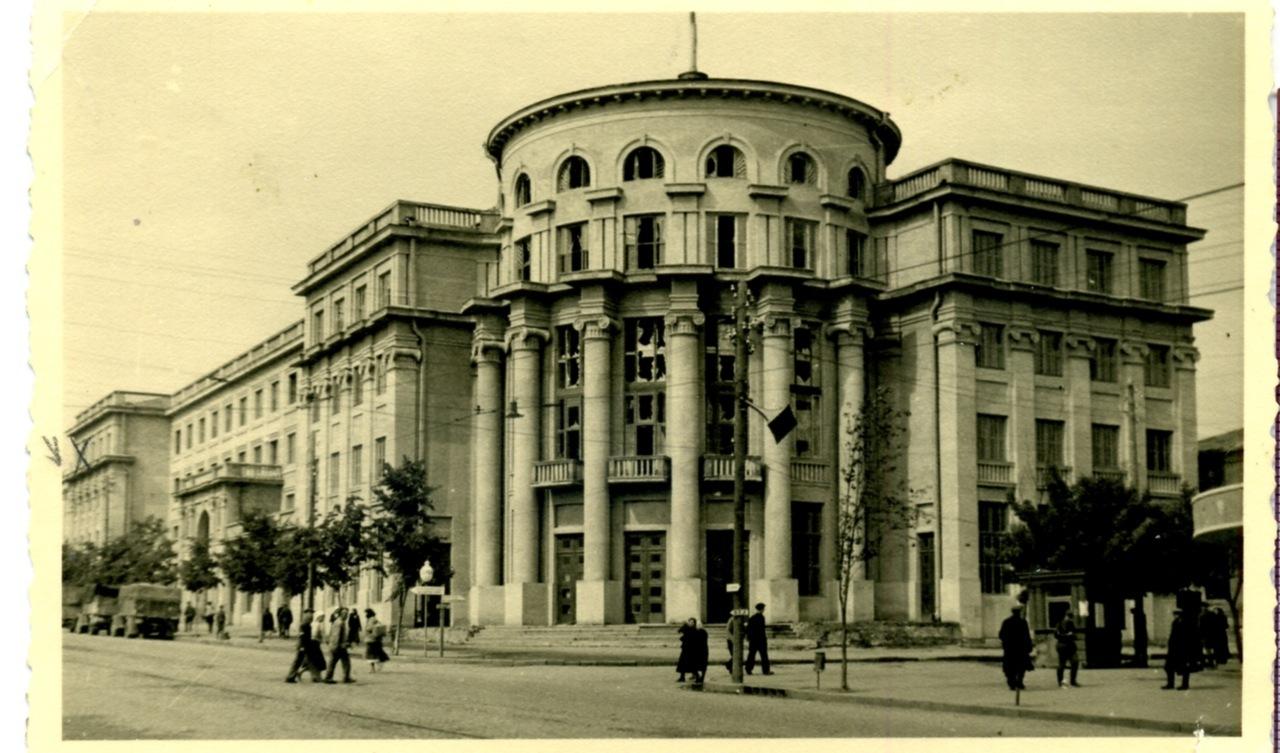 Цукротрест(сучасна обласна рада) з вибитими шибками, липень 1941 р.