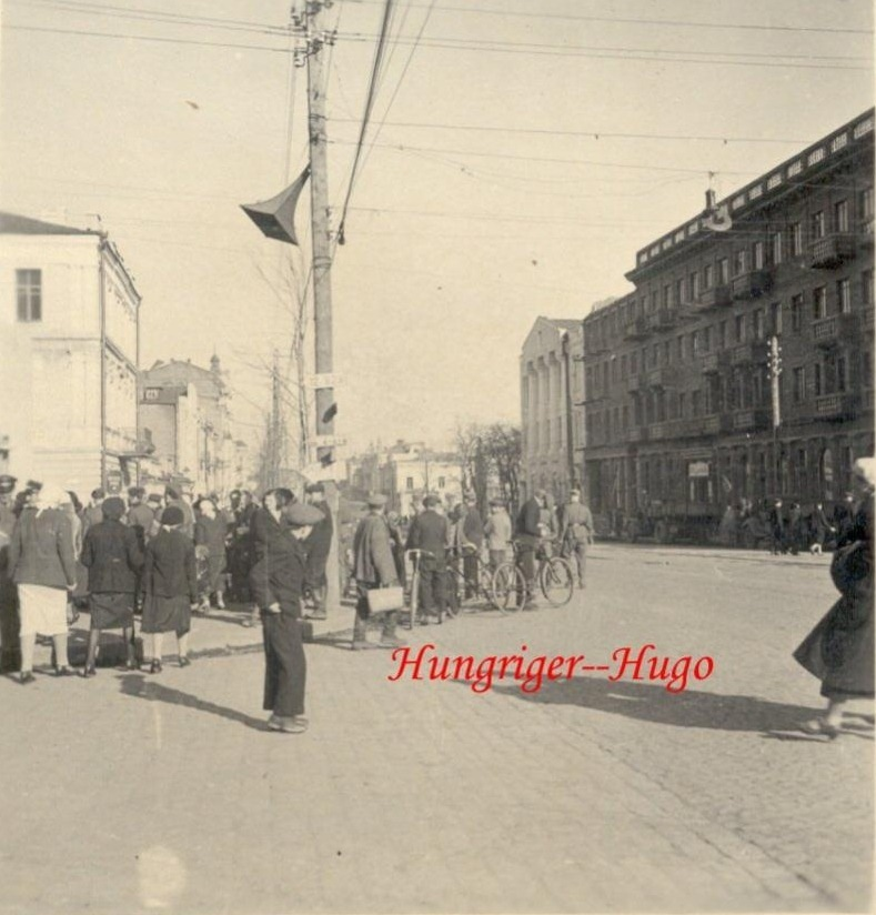 Вінничани слухають німецькі новини з одного з 4 радіоприймачів на Українському проспекті (вул. Соборна), серпень 1941 р.