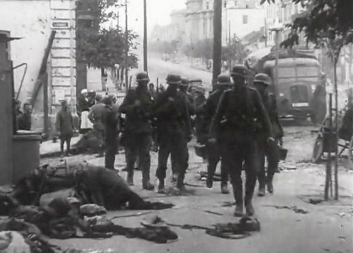Німецькі солдати на вулиці Леніна (Соборна, сучасний поворот на МакДрайв), 19 липня 1941 року. Кадр з німецької кінохроніки