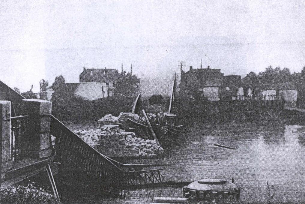 Зруйнований центральний міст(вигляд на Замостя), липень 1941 року.