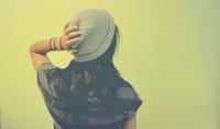 фото девушки со спины с красивой прической.