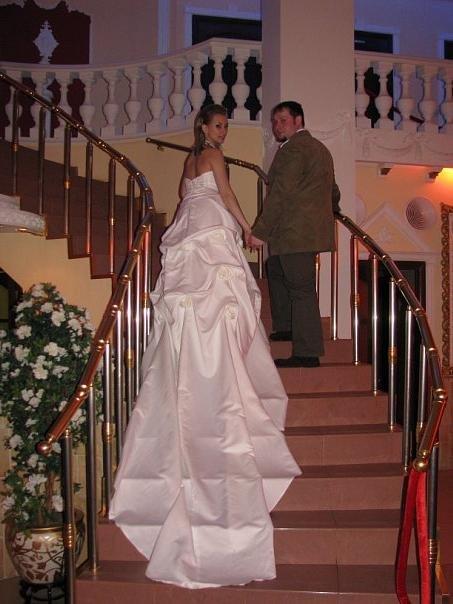 Свадебное платье с длинным шлейфом.
