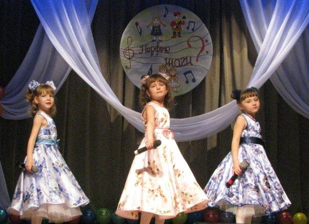весной сшили еще одно платье-коричневатое-добавилась еще одна девочка...