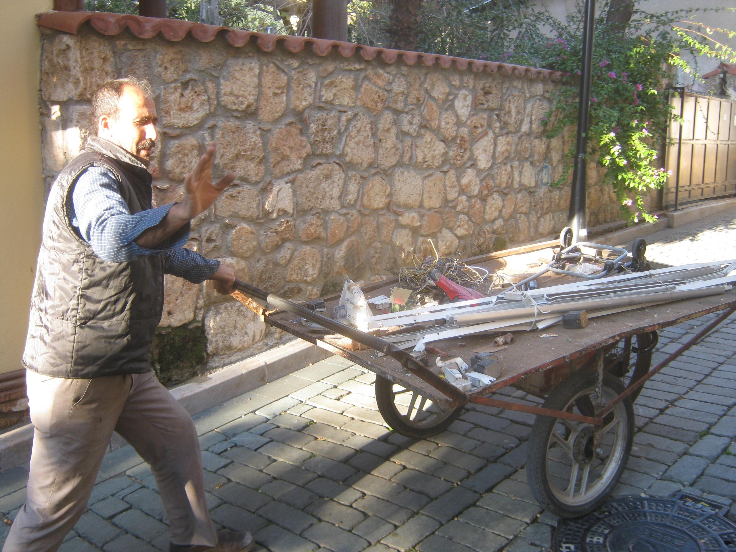Собиратель старых вещей в Анталье (Турция)