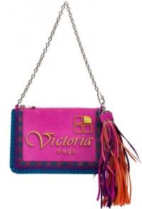 И без того яркую сумку от Christian Dior украсила яркая кисть, собранная...