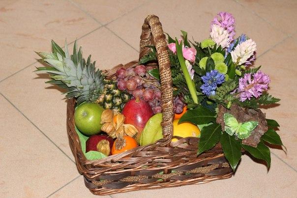 фото корзины с цветами и фруктами