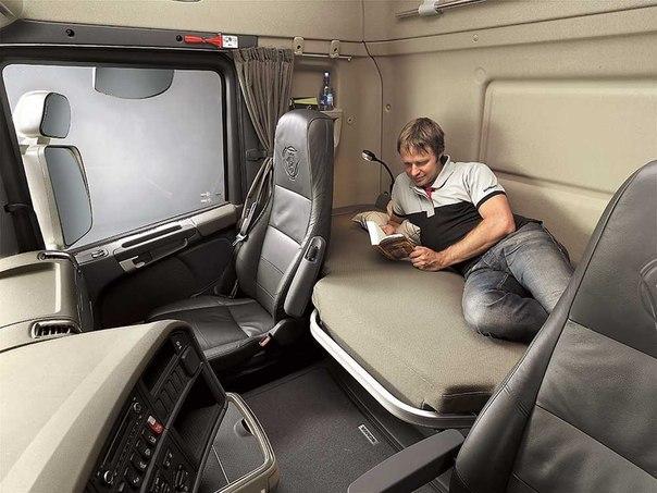 Грузовик для среднемагистральных перевозок приютит и на ночлег. грузовик, кабина, грузоперевозки.