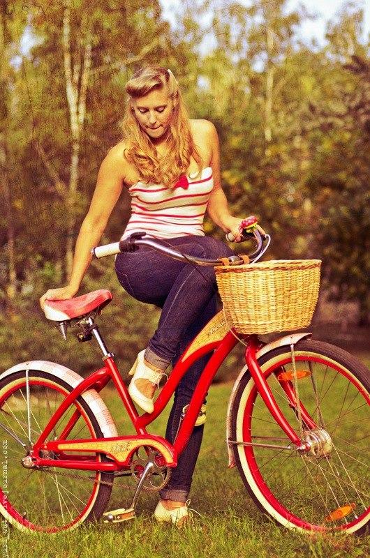 девушка с винтажным велосипедом - фото