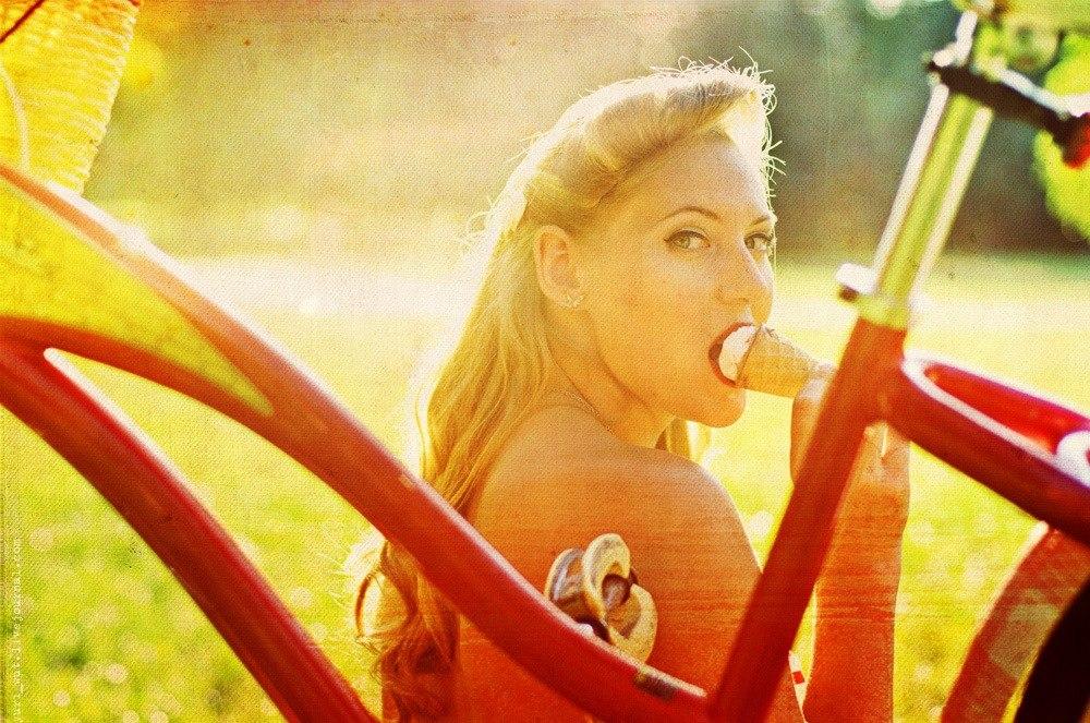 девушка с ретро-велосипедом