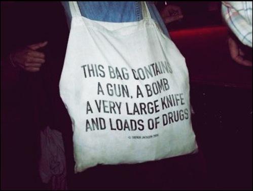 """Перевод:  """"В этой сумке: пистолет, бомба, очень широкий нож, куча..."""