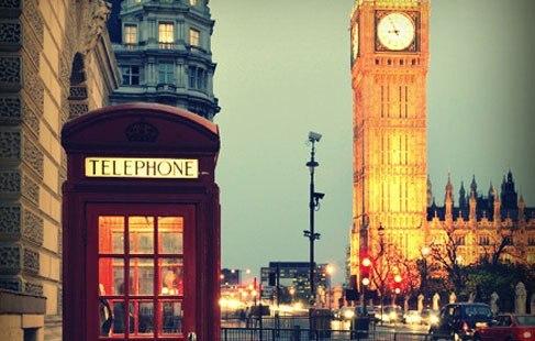 Знаменитая лондонская телефонная будка на фоне БигБена.
