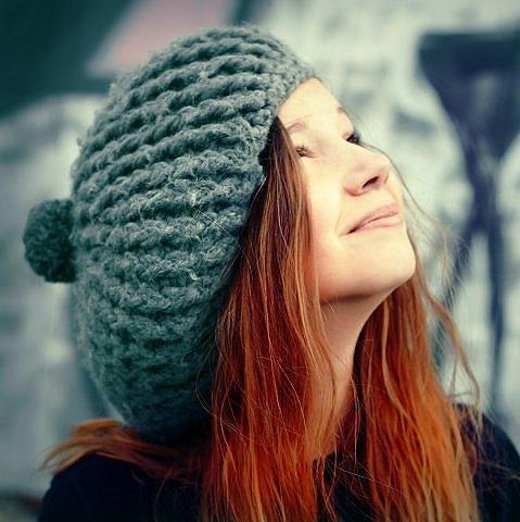 Дівчина в шапці