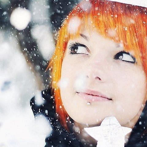 Кароока, рудоволоса дівчина і падає сніг