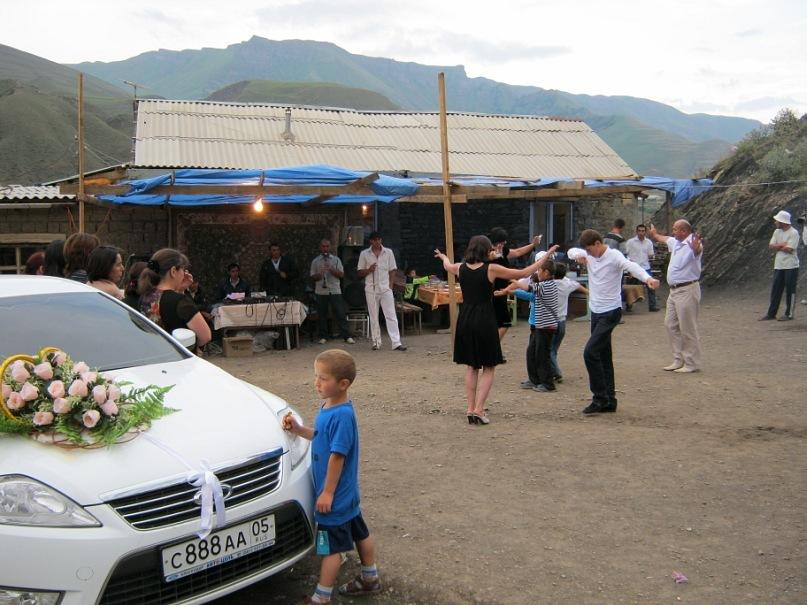 Танцы на свадьбе в Курах. У одной из танцующих дам в левой руке - деньги.