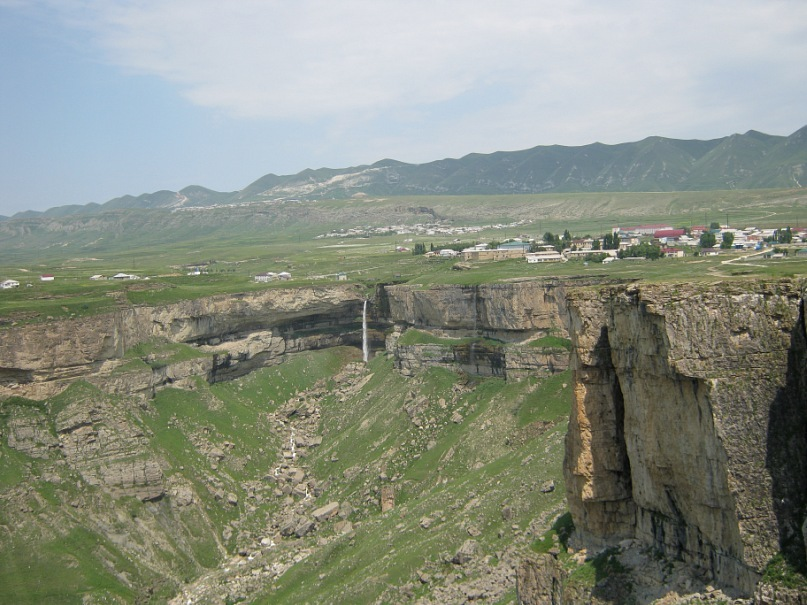 Каньон и водопад в селе Хунзах (Дагестан)