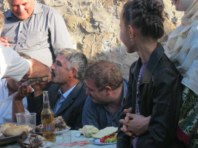 Выпивание рюмки с водкой с топора - на свадьбе в Кубачи (Дагестан)