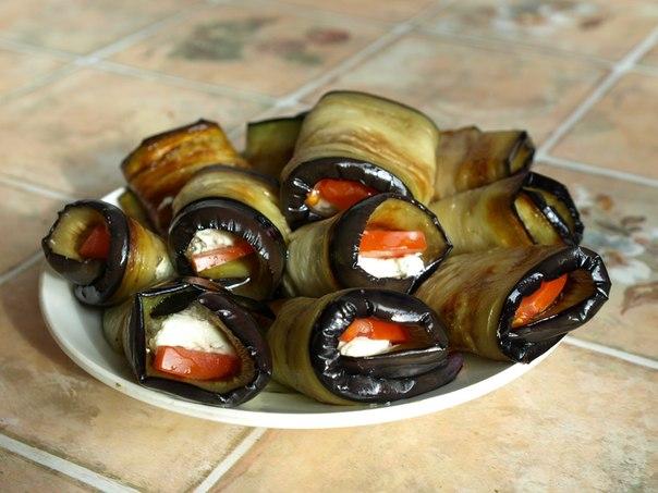Рулетики из баклажанов с сыром и помидором рецепт
