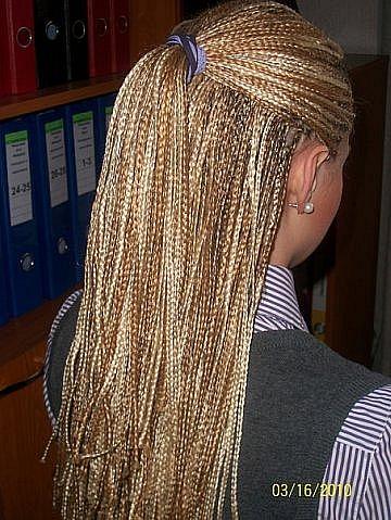 270 косичек с двумя колосками по бокам.Когда волосы собираются назад...