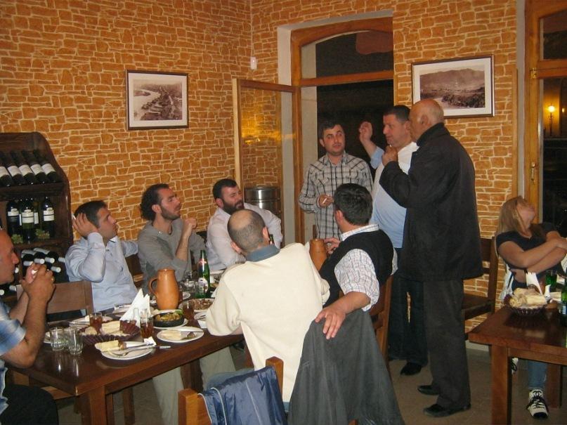 В баре в городке Мцхета. Почти все эти люди пели хором, а крайний мужчина (и кажется, он самый старший) справа был солистом.