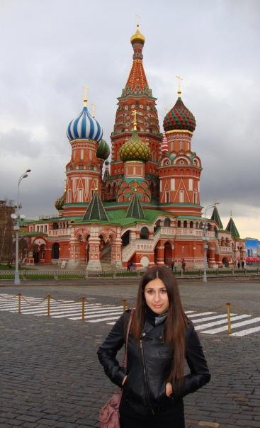 на фоне храма Василия Блаженного