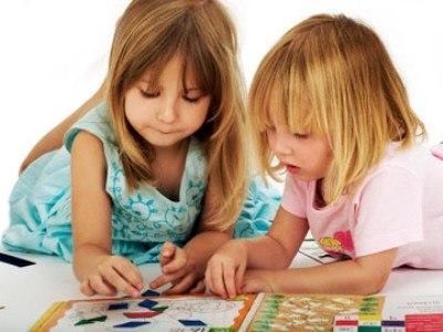 В этом возрасте дети с удовольствием играют в домино и лото.