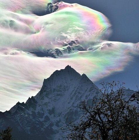Иризация на перисто-кучевых облаках. Фото О. Бартунова. Гималаи, 18 октября 2009 года Радужные облака было на момент 2009 года довольно редким явлением, называемое радужные облака, которое порой может быть многоцветным, и иногда демонстрировать весь спектр в один момент. Эти облака состоят из мельчайших водяных капелек примерно одинаковых размеров. Когда Солнце находится под определенным углом и почти скрыто толстыми облаками, более тонкие облака преломляют солнечный свет когерентно, так что разные цвета отклоняются по-разному. Таким образом, лучи света различных цветов приходят к наблюдателю с немного разных направлений. Многие облака могли бы выглядеть как радужные и могли бы быть разноцветными, но оказываются слишком толстыми, либо слишком перемешанными, либо слишком далеко от Солнца.