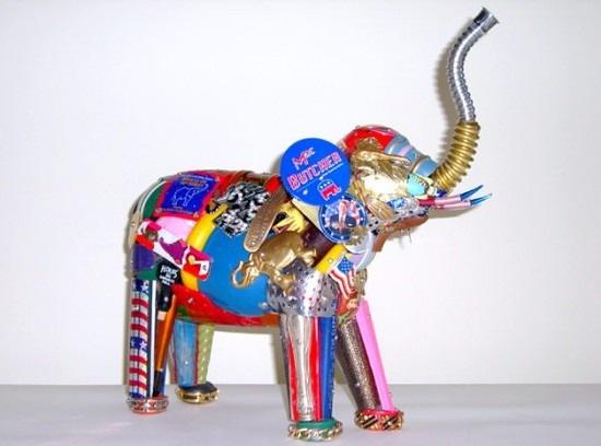 А вот Лео Сивел (Leo Sewell), скульптор из США, не слишком переборчив в материалах.  Он использует мусор из свалок...