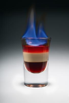 Верхний слой поджигают.  Коктейль пьют быстро через соломинку.