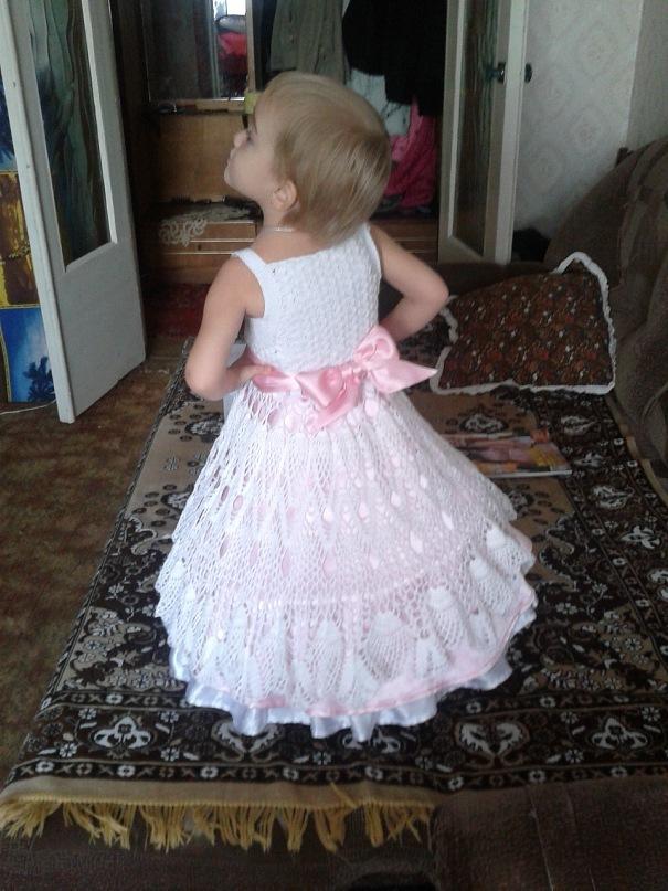 Платья вязанные крючком с подолами