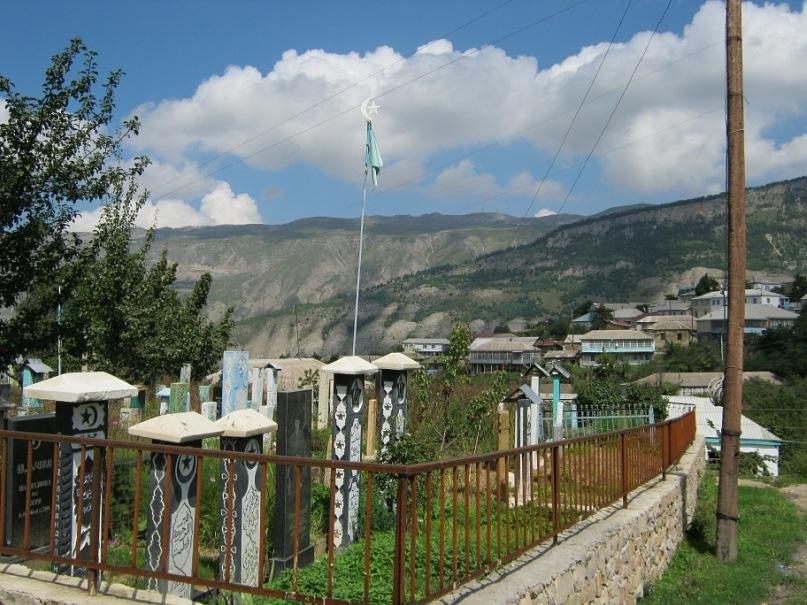 интересные могилы с крышами в Дагестане