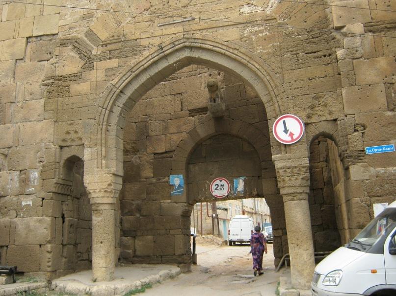 Древние ворота городской стены в Дербенте