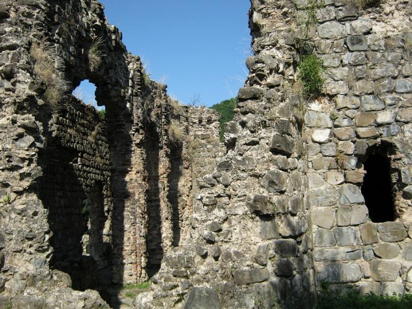 Руины албанской церкви в Кум