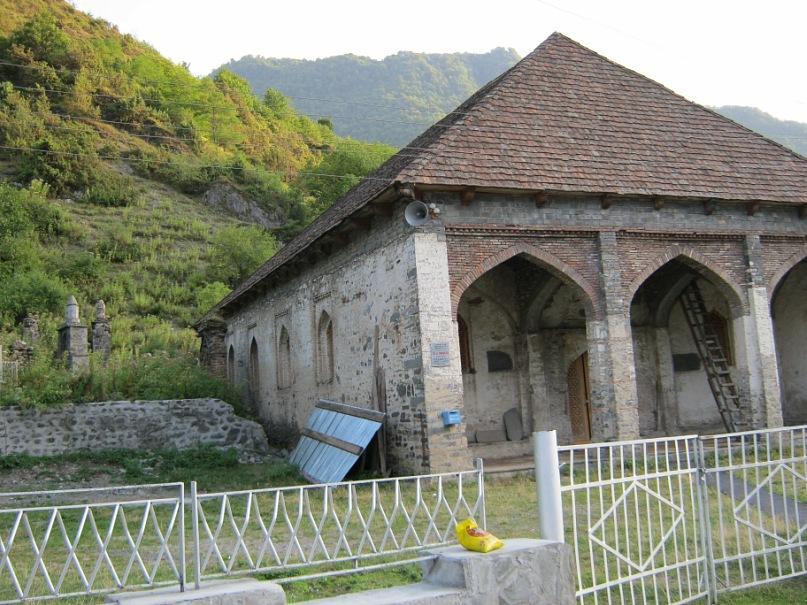 Старинная мечеть в Илису (Азербайджан)