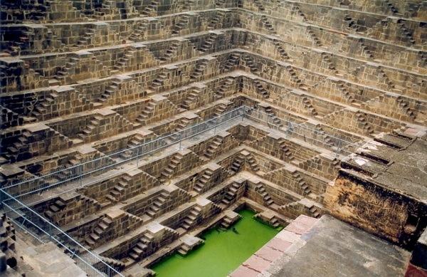 Ступенчатый колодец Chand Baori в Индии