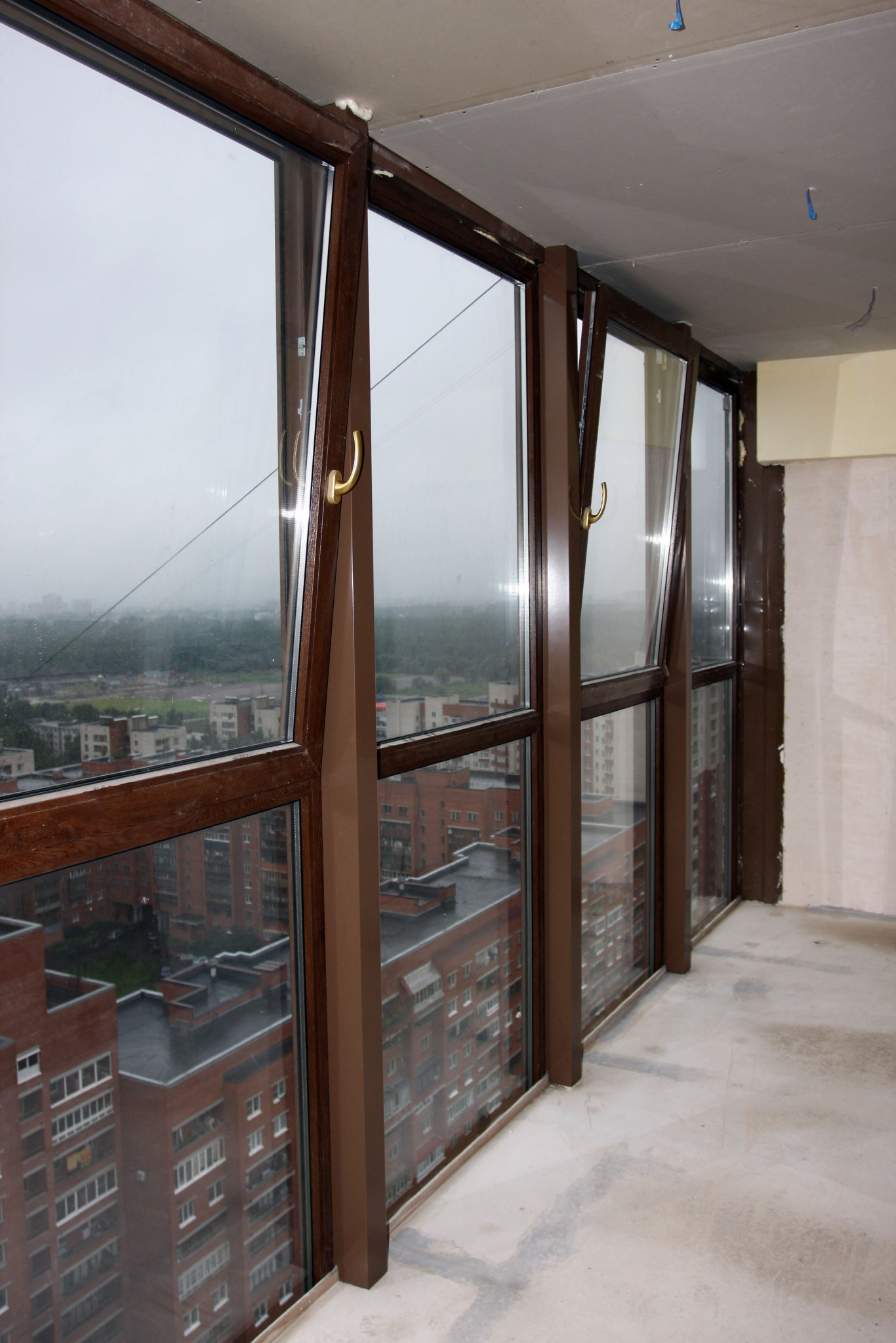 Поменять стекло на балконе..