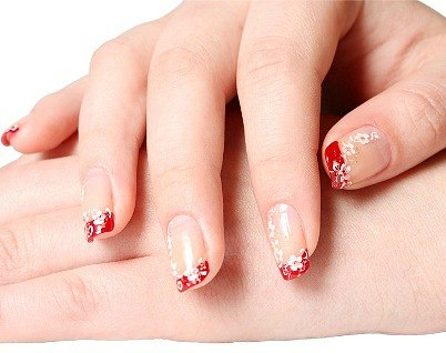 Французский маникюр красиво смотрится на любых ногтях, главное, чтобы руки были ухоженными и длинна ногтей одинаковая.