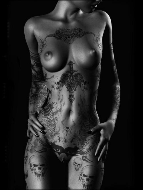 фото красивых девушек с татуировкой интим