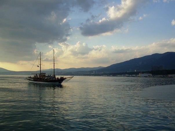 Город Геленджик.  Интересные места Геленджика.  Пиратское судно Корсар на рейде Геленджика.