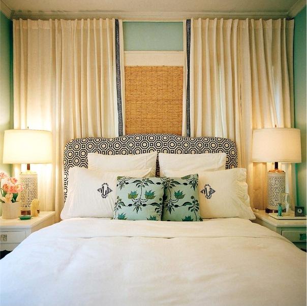 Спальня кровать у окна дизайн фото