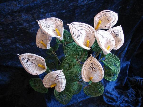 В библиотеке Центра досуга в Южно-Сахалинске зацвели цветы из бисера.