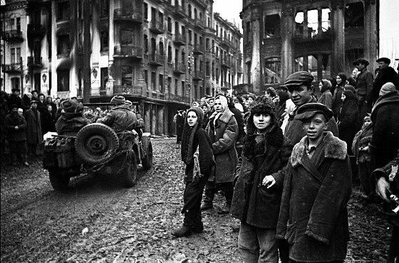 Вінничани зустрічають визволителів. 20 березня 1944 р. Позаду - обгорілий готель