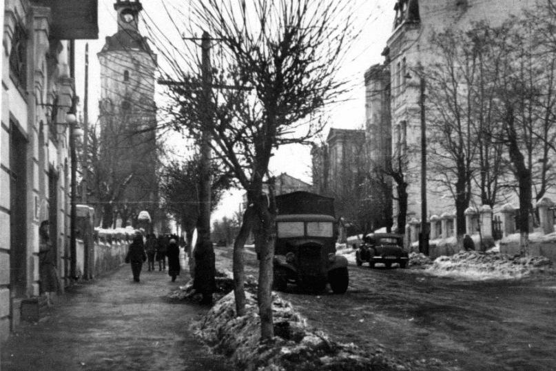 Весна 1942 р, вулиця Гетьмана Хмельницького (суч. Козицького). Ніщо не видає суворого періоду для Вінниці, крім вибитого на башті годинника. В будинку