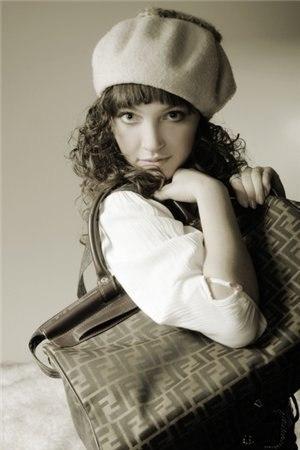 Фото Девушка с сумочкой сидит на стуле Sophie Griotto из альбома Девушки.